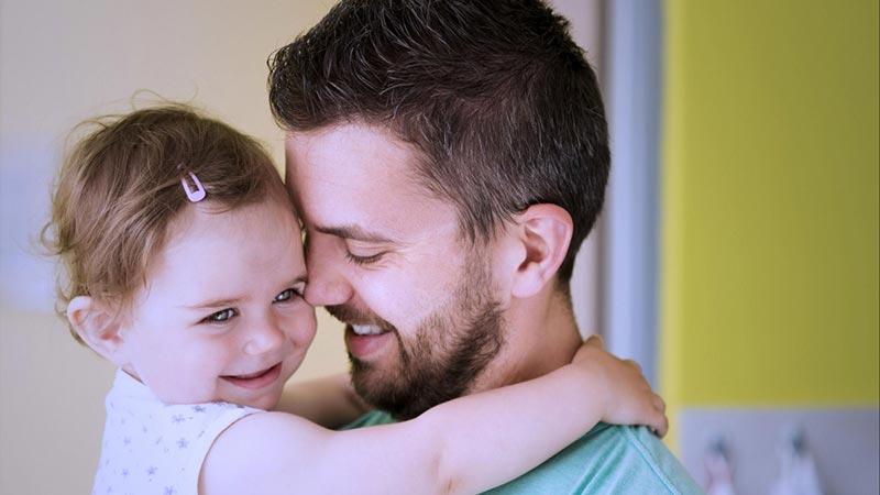 در آغوش گرفتن کودکان